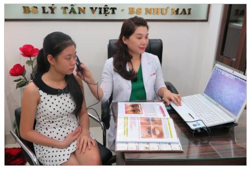 Bác sỹ đang kiểm tra phân tích da cho khách bằng máy soi da
