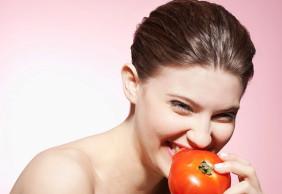 Mẹo hay trị mụn từ cà chua.